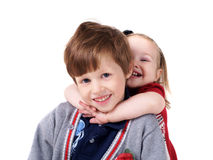 Liten syster som kramar henne broder Royaltyfria Bilder