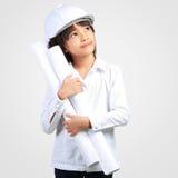 Liten tekniker, liten flicka i konstruktionshjälmen med ett p Royaltyfria Foton