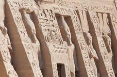 Liten tempel av Hathor och Nefertari yttre statyer av Ramesse Royaltyfria Foton