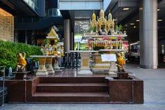 Liten tempel på en shoppinggalleria i Bangkok, Thailand Royaltyfri Foto