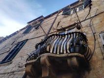 Liten terrass på huset med det stiliserade metallstaketet Royaltyfria Foton