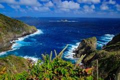 Liten Tobago ö Härligt karibiskt landskap för havskust med havet och mörkerhimmel med vita moln Mörker - blått hav med vågor Royaltyfria Bilder