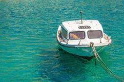 Liten tom vit motorbåt Arkivfoton