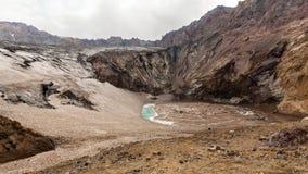 Liten torr sjö i caldera av vulkan Mutnovsky, Kamchatka halvö, Ryssland arkivfoton