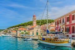 Liten touristic stad Pucisca i Kroatien fotografering för bildbyråer