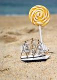 Liten toyseglingship på stranden Royaltyfri Fotografi