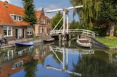 Liten träbro över en kanal i Monnickendam Fotografering för Bildbyråer