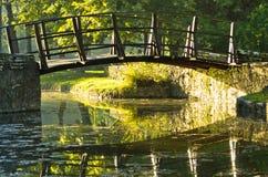 Liten träbro på första solstrålar på morgonen fotografering för bildbyråer