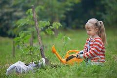 Liten trädgårdsmästare som planterar trädet fotografering för bildbyråer