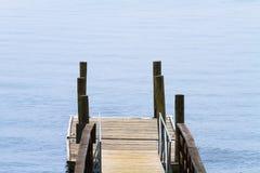 Liten träfartygskeppsdocka på sjön Arkivfoto