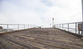 Liten träpir i Dana Point Harbor Arkivfoton