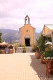 Liten traditionell grekisk kyrka arkivbilder
