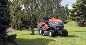 Liten traktor för bitande gräsmatta Arkivbilder