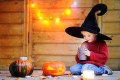 Liten trollkarl som spelar med halloween pumpor Fotografering för Bildbyråer