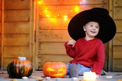 Liten trollkarl som spelar med halloween pumpor Royaltyfri Foto