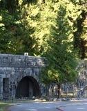Liten tunnel på Stanley Park längs skyddsmur mot havetslinga Arkivbild