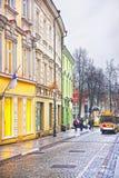 Liten turist- buss i den Pilies gatan i den gamla staden av Vilnius in Arkivfoto