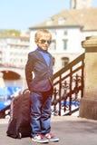 Liten turist med ryggsäcklopp i Europa fotografering för bildbyråer