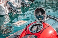 Liten ubåt, röd färg Rund lucka, dykapparatdykning, undervattens- trans. arkivfoton