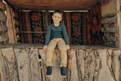 Liten ung caucasian pojke i naturen, barndom royaltyfri fotografi