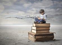 Liten unge som lär i en ny väg Royaltyfri Foto
