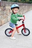 Liten unge som ner rider hans cykel royaltyfria foton