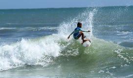 Liten unge som surfar på Bali Royaltyfria Bilder