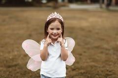 Liten unge som utanför spelar med glädje arkivfoto