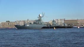 Liten Urengoy för anti--ubåt skepp` ` i vattnet av Nevaen petersburg saint lager videofilmer