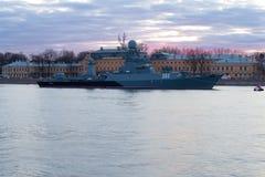 Liten Urengoy för anti--ubåt skepp` ` på den aftonNeva floden Arkivbilder