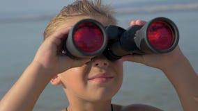Liten utforskare med kikare arkivfilmer