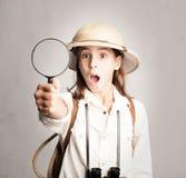 Liten utforskare som ser till och med förstoringsglaset Arkivbilder