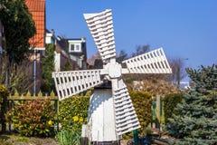 Liten väderkvarn i Holland Arkivbild