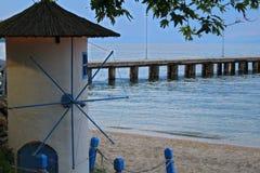 Liten väderkvarn på stranden Arkivbild