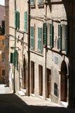 Liten väg i Corinaldo, Marche, Italien Royaltyfri Foto