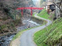 Liten väg vid kanalen i bygd av Japan royaltyfri bild