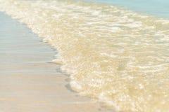 Liten våg på den soliga stranden Fotografering för Bildbyråer