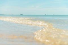 Liten våg på den soliga stranden Arkivbilder