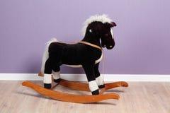 Liten vaggande häst i lokal Arkivbild