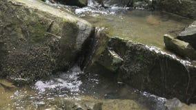 Liten vattenfall i berg som antecknas i ultrarapid stock video
