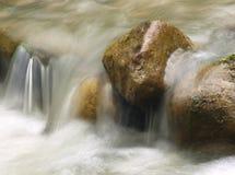 Liten vattenfall i bergfloden Härlig naturlig bakgrund av stenar och med flödande görande suddig vatten och att skumma arkivbild