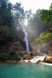 Liten vattenfall i den Laos djungeln Royaltyfria Bilder