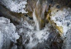 Liten vattenfall i en iskall bergbäck fotografering för bildbyråer