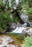 Liten vattenfall i fjällängarna i Österrike Arkivbilder