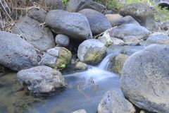 Liten vattenfall i floden arkivfoto