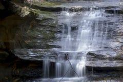 Liten vattenfall i gamal mans grottaområde royaltyfria foton