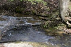 Liten vattenfall i gamal mans grottaområde arkivbild