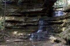 Liten vattenfall i gamal mans grottaområde arkivbilder