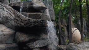 Liten vattenfall i parken lager videofilmer