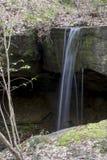 Liten vattenfall i rockbridgenatursylt arkivbilder